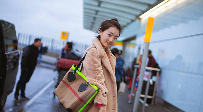 周冬雨英国归来时尚感爆棚 机场秀素颜少女感十足