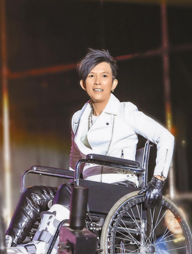 敬业!潘美辰练舞扭伤脚踝 吃止痛药坐轮椅坚持上台_止痛药|扭伤