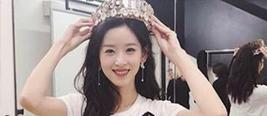 奶茶妹妹手举皇冠对镜甜笑 调皮称谁还没个公主梦