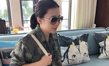 香港女首富产三胎后首晒近照,购物袋亮了