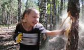 战斗民族!俄10岁拳击女孩连环出拳击碎树干