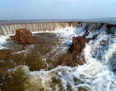 鄱阳湖现瀑布奇观