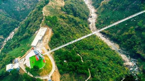 步步叫玻璃桥(资料图片) 步步叫玻璃桥横跨在峡谷之上,玻璃桥体长368