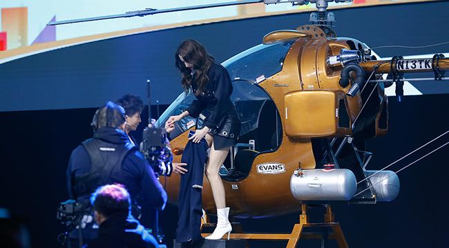 关晓彤坐直升机秀长腿 获助理跪地举话筒圆脸抢镜