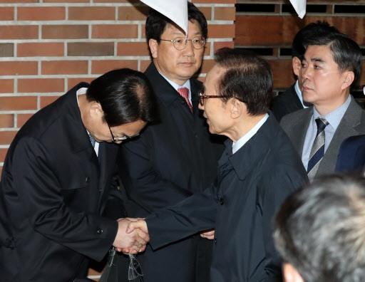 李明博被抓时 韩国各家电视台居然是这画