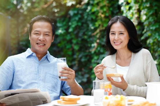 上海大爷为美国女儿征婚:女婿月薪1万是讨饭