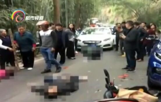 摩托轿车相撞致两死1伤 行车记录仪拍下最后画面