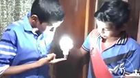 印度男孩全身通电 用手就能点亮灯泡