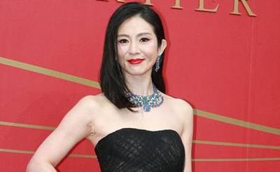 44岁杨采妮秀香肩面部皱纹明显 侯佩岑高叉裙显优雅