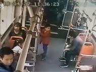 男孩公交上脚踢男子,遭重摔头部被踹