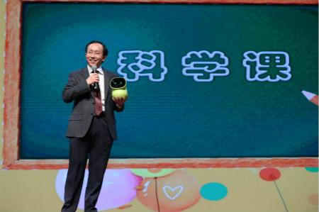 """最后,中国出版集团领导和北京市新闻出版广电局的领导,向来自河北贫困地区的学校代表捐赠了《开学第一课》和《新华字典》等。李岩副总裁在发言中表示:公益事业,尤其是与教育和阅读有关的公益事业,功在千秋,利在当代,值得一代代出版人为之付出努力。随后,他发布了中国出版集团旗下重要出版社的""""镇社之宝"""",数量之大,质量之精,让主持人撒贝宁连声感叹""""为什么我小的时候没有这么好的书单推荐?可叹我生早了""""。"""