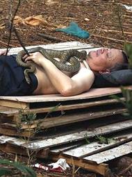 男子懂蛇语抱蛇睡觉,40年救了3000人