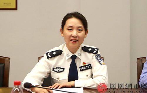 """重庆警方就""""出入境证件办理'只跑一次'""""答记者问"""