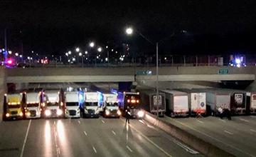 为防男子轻生,13辆货车堵在天桥下