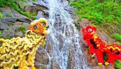"""七峰山""""五一英雄汇"""" 水上醒狮表演、瀑布攀岩、特色小吃应有尽有"""