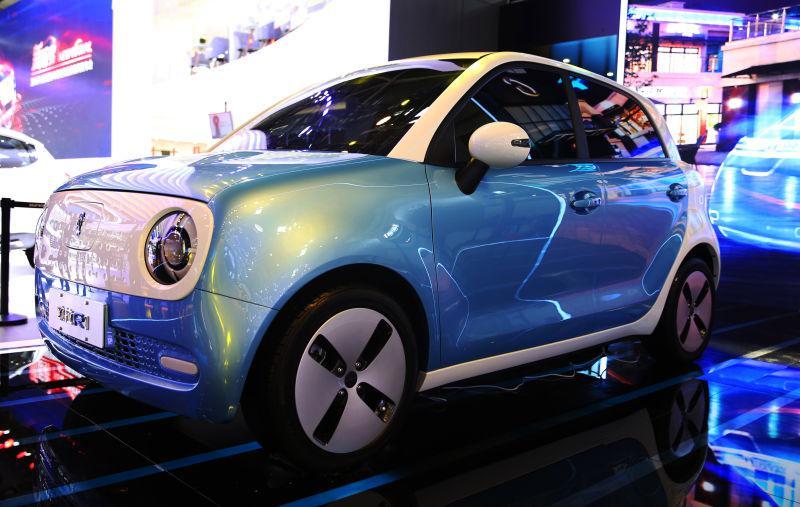 欧拉品牌概念车 在展会现场,欧拉品牌下的两款概念车R1和R2也亮相,R2的外观设计小型紧凑,采用梯形的车身造型。R1则更偏向于女性用户,外观设计更加圆润,内饰部分设计主题是螺旋桨飞机。据长城汽车官方介绍,欧拉品牌产品将于2018年下半年上市,凤凰网科技也将为您持续关注。