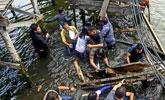 菲律宾官员视察时桥突然塌了 所有人坠海