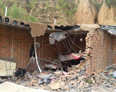 山西吕梁山体滑坡现场直击:村民站院中可直视灾害点