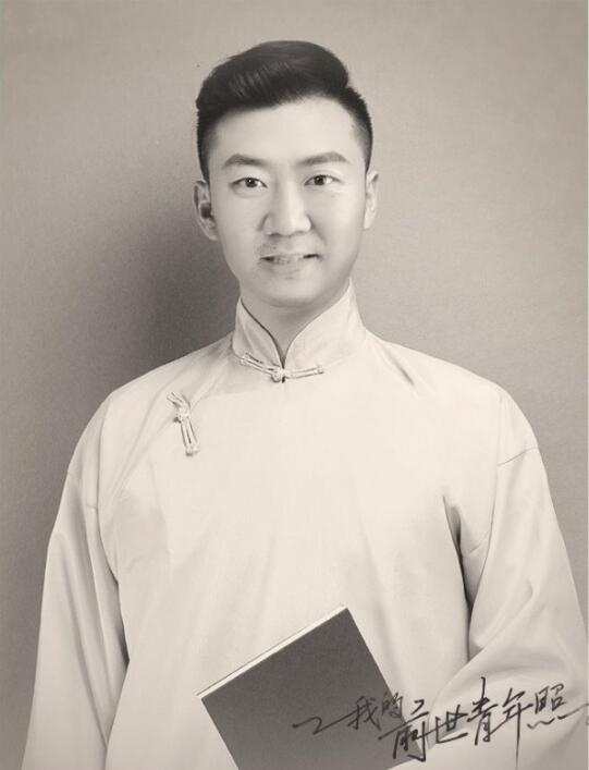 郭冬临晒P图照庆青年节 马褂温润西装帅气