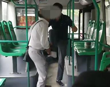 一言不合就冲动!两男子车内开打公交车被迫停车