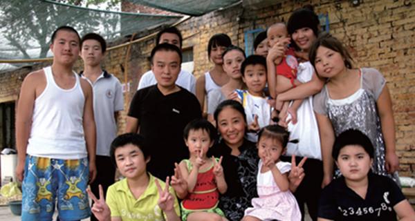 """收养118名孤儿 河北""""爱心妈妈""""被拘 名下有2000万"""