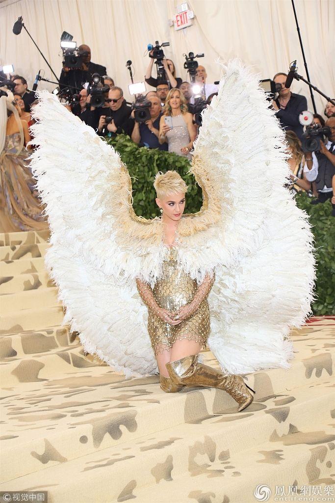 刘雯奚梦瑶参加时尚盛典,竟被一众奇装异服秒杀了