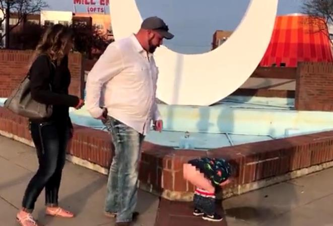 妈妈正被男友求婚 3岁儿子脱光屁屁撒尿抢镜