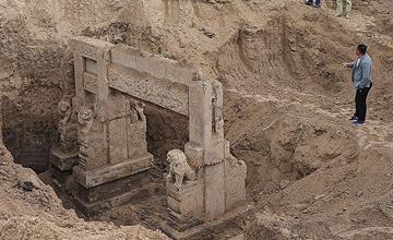 山东建筑工地挖出古代建筑一幕