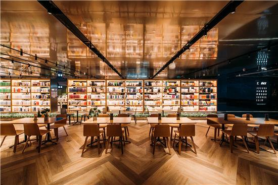 言几又广州K11黑金旗舰店起航 设计师陈峻佳打造知识与艺术的迷宫