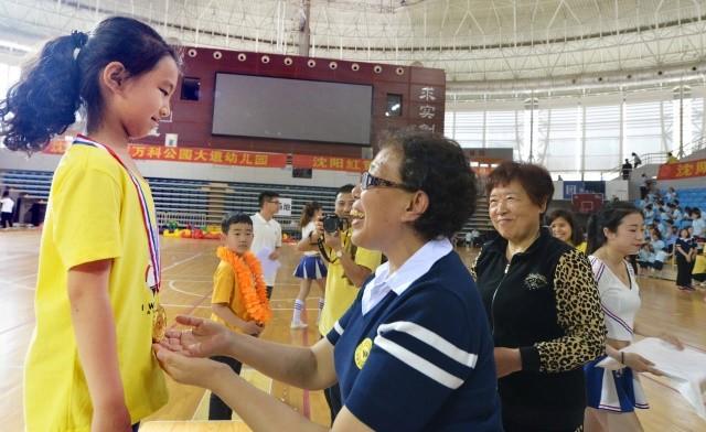 一起运动一起爱 红黄蓝东北地区亲子运动会开赛