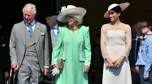新婚后首现身!梅根王妃穿白裙与查尔斯王子夫妇同框