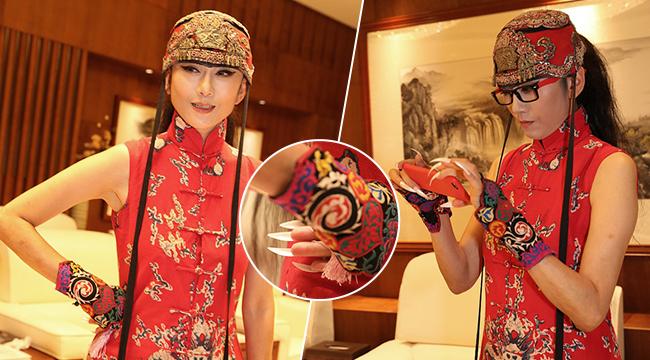 60岁杨丽萍穿大红民族装活得像少女 妖艳长指甲抢镜