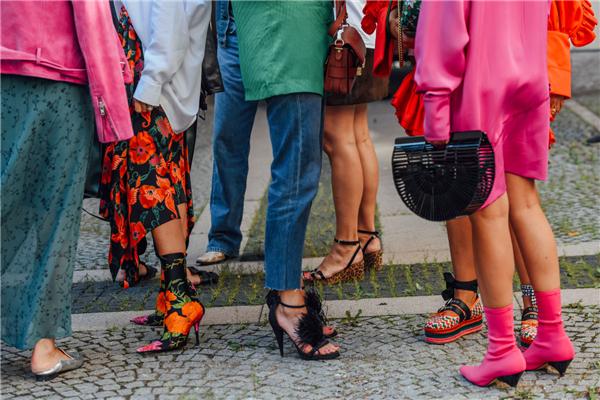 夏日炎炎衣服变得更加凉爽 时髦女孩离不开这5双鞋