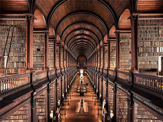 """再加上电影《哈利波特》中的霍格华兹图书馆相关场景是在这里的""""长室""""图片"""