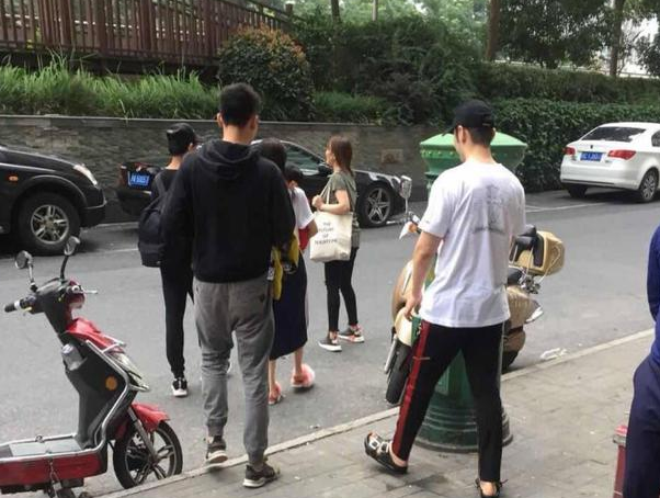 网友偶遇黄晓明带小海绵探班baby :幸福的一家