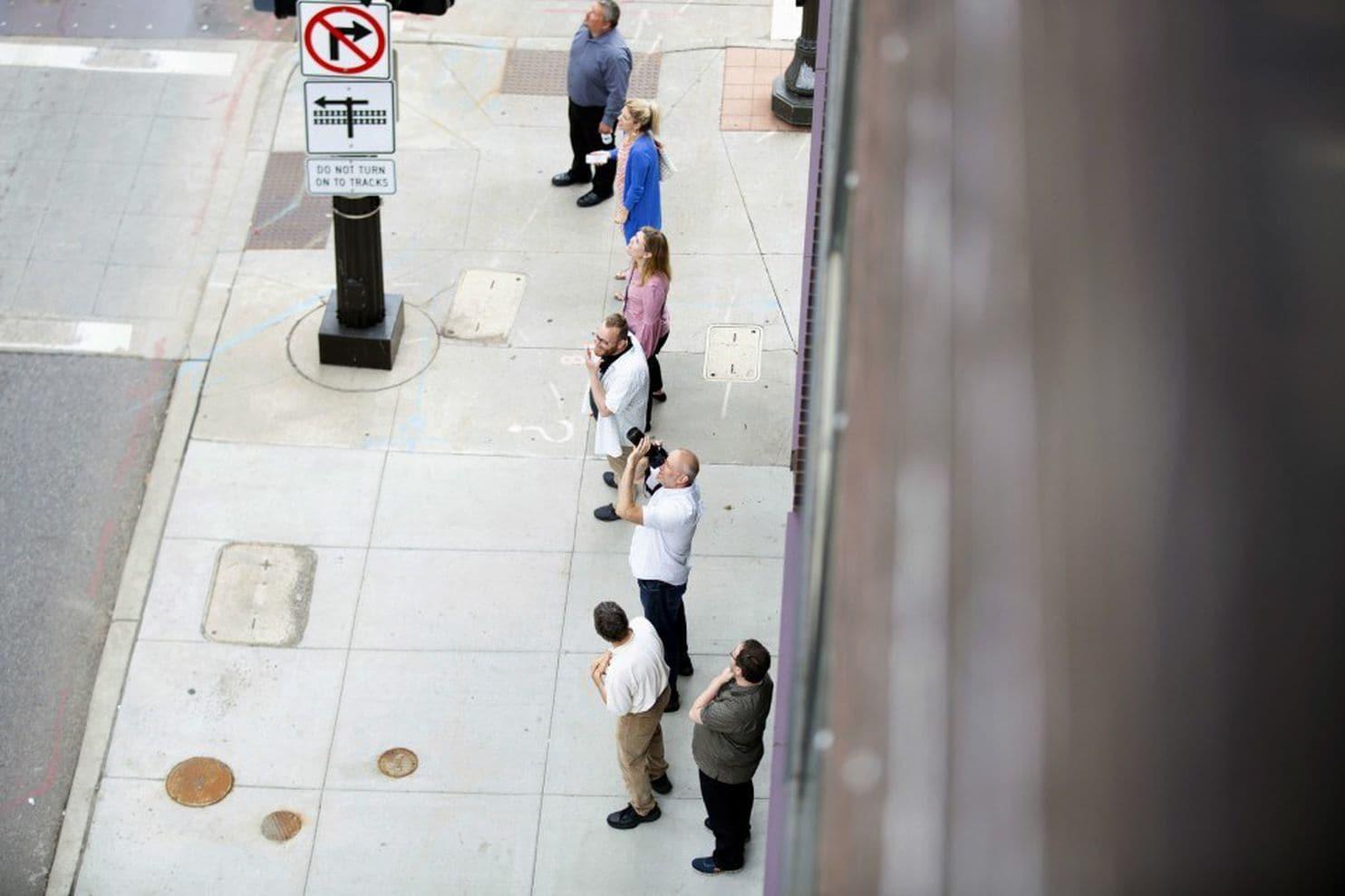 美国一只浣熊莫名开始爬摩天大厦 全民围观