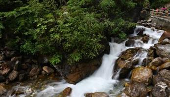 甘肃官鹅沟雨中瀑布美景引人入胜