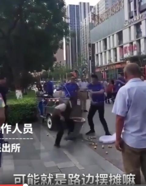 太原城管持条棍连续抽打卖水果老人 被行拘10日
