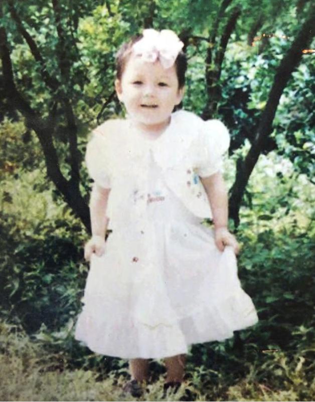 王栎鑫晒童年女装照和儿子神相似 自称是姐姐