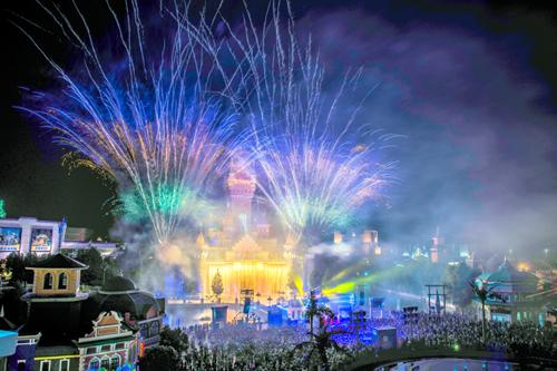 世界杯主题夜场首次亮相青岛方特,炫彩烟花秀重登城堡舞台,热辣足球