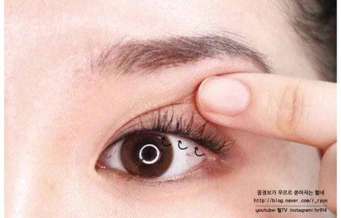 用一点珠光粉来点缀下卧蚕,这样眼睛看起来能更可爱.