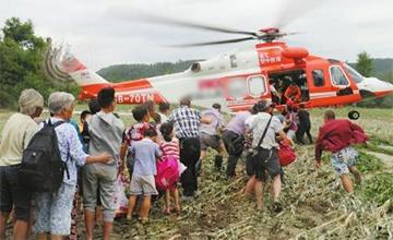 采砂船撞断大桥村民被困 直升机救援
