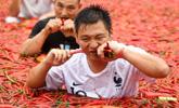 湖南宁乡吃辣椒比赛 冠军泡巨型辣椒池狂吞50个