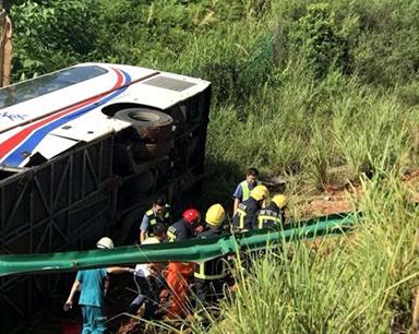泉南高速一大客车侧翻 两小时救出老人小孩46人