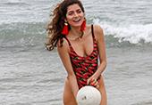37岁超模海边玩球超养眼