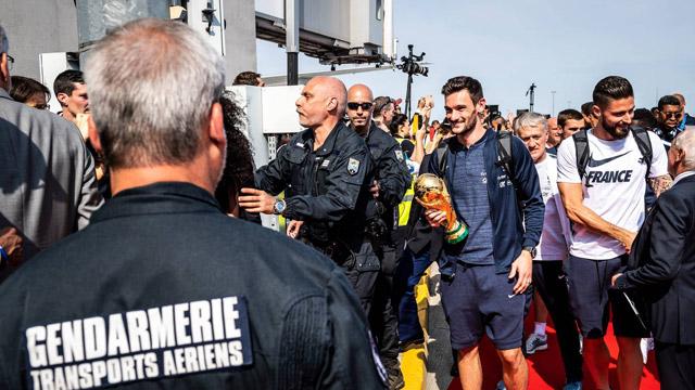 法国国家宪兵队护卫足球队和大力神杯