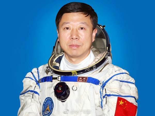 解放军航天员大队特级航天员刘旺被授予少将军衔