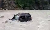 都江堰一越野车被冲走车主死亡 目击者:为救另一车
