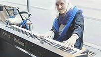 墨尔本82岁老奶奶街头演奏钢琴,这天籁般音乐竟出自流浪老人之手