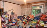 女子家中堆放大量垃圾被起诉:16人花1天清出30车